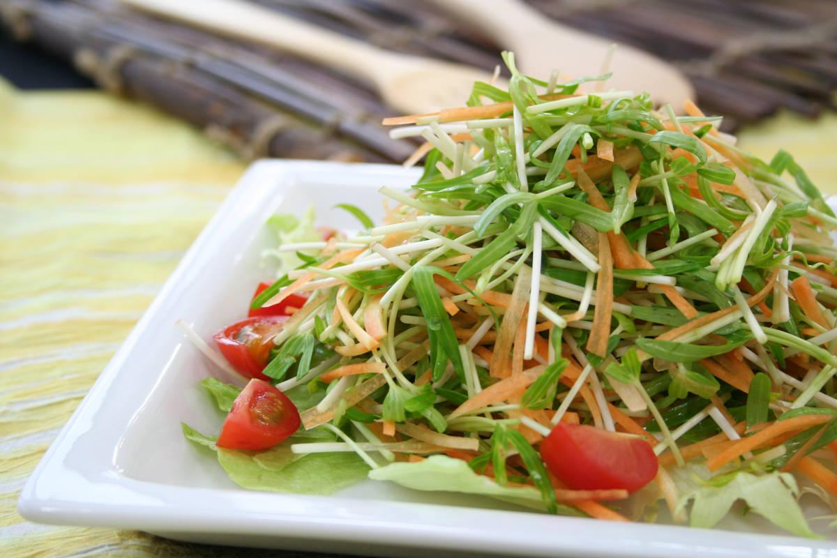 空心菜の新芽とにんじんのシャキシャキサラダ