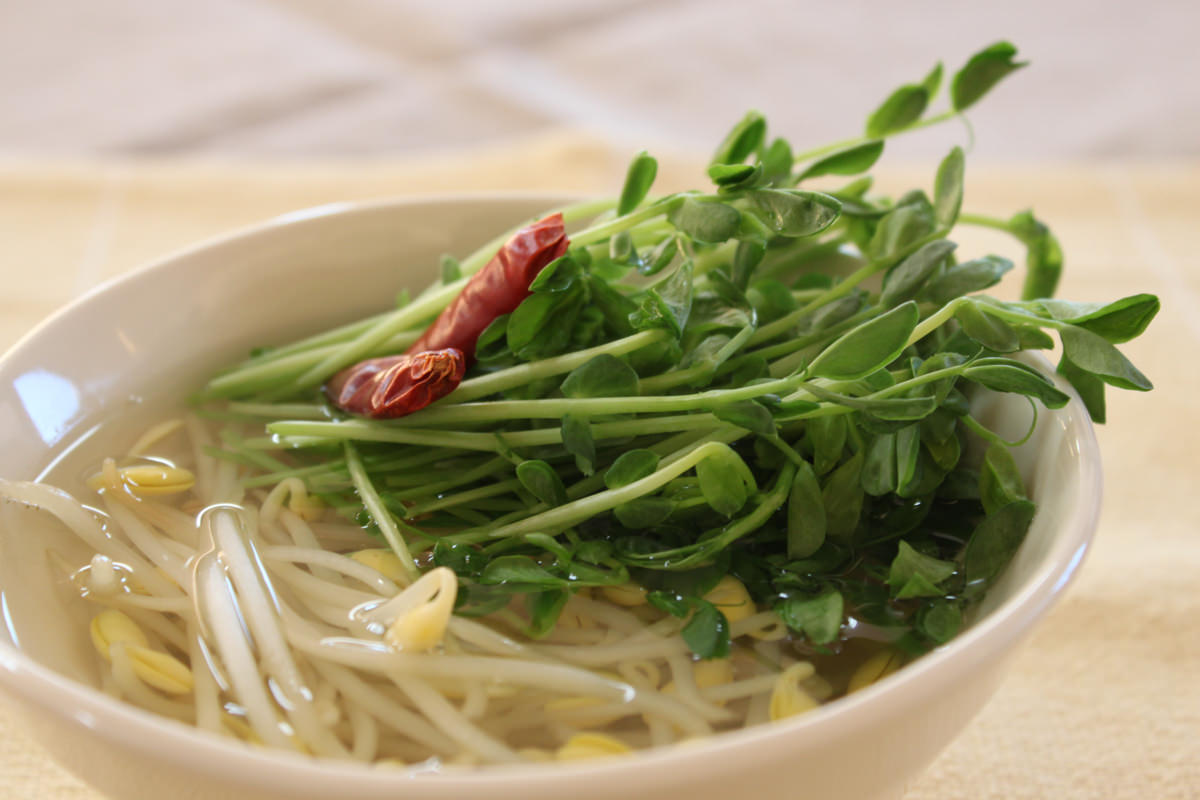 豆苗と子大豆もやしで和風スープ