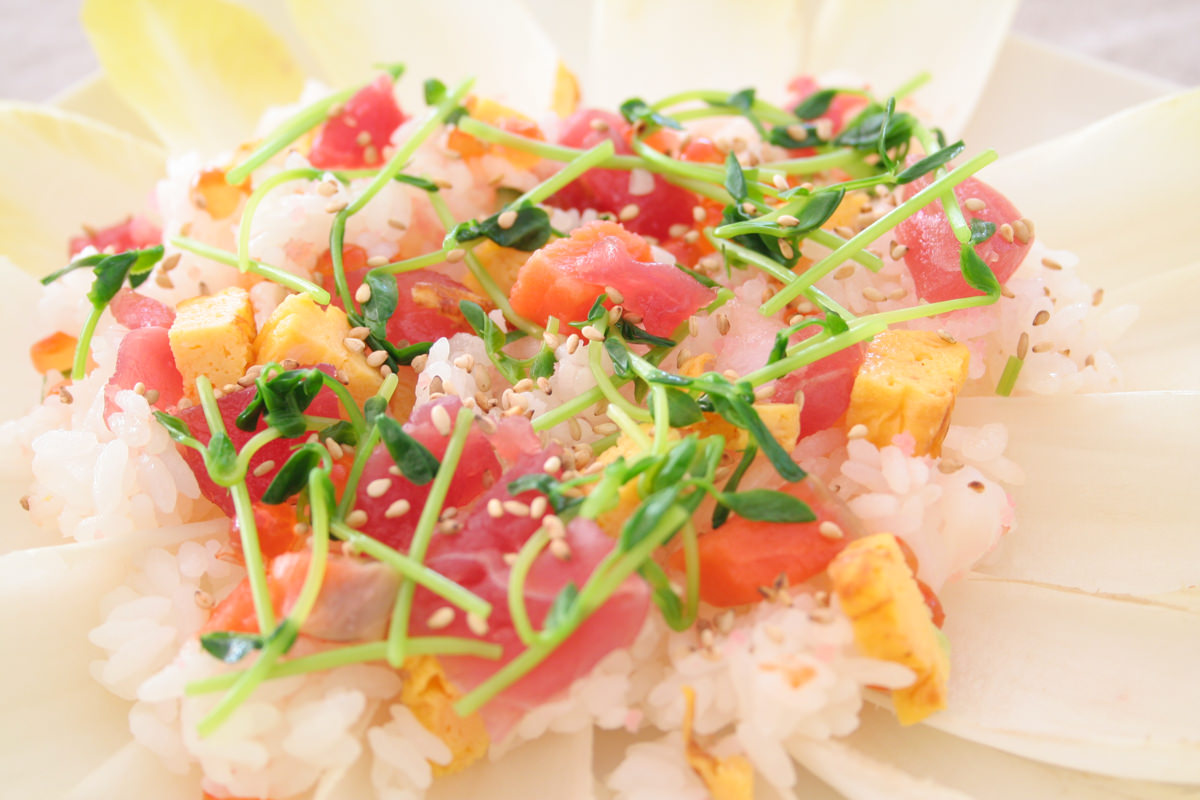 豆苗とまぐろの切り落としでちらし寿司