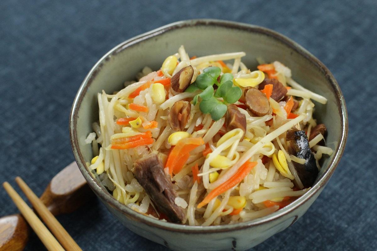 【管理栄養士監修】子大豆もやし芽ぐみとサバ缶の炊き込みご飯